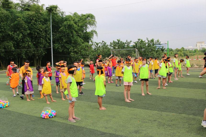 15h chiều 10/7, hơn 60 trẻ em có mặt tại sân bóng F-Ville để cho Ngày hội thể thao.Các bé được chia thành 5 đội, mỗi đội 12 bé, tương đương với các màu áo xanh, đỏ, tím, vàng, da cam mà ban tổ chức đã chuẩn bị.