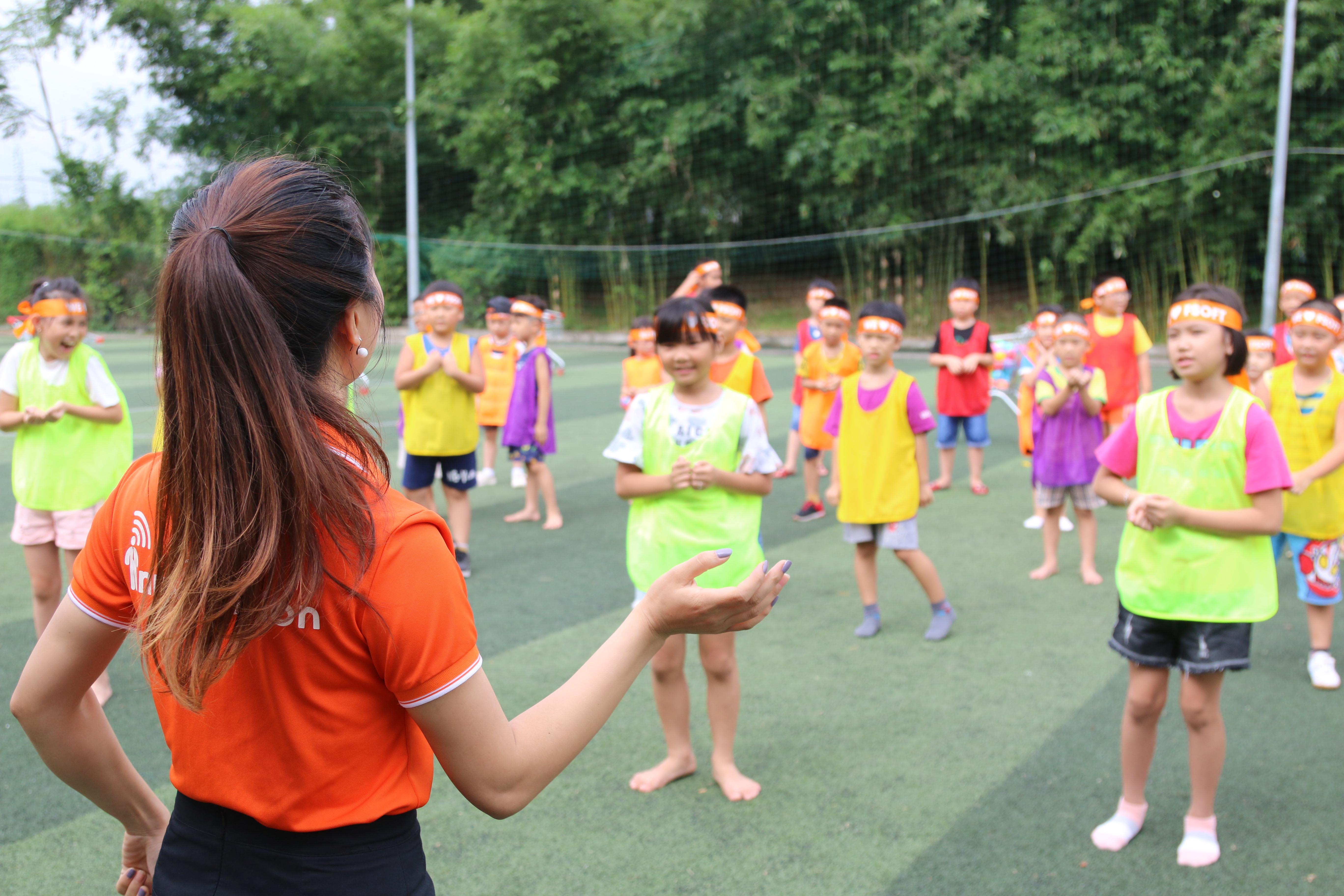 Trước khi diễn ra hội thao, các bé được vận động các khớp chân tay dưới sự hướng dẫn của cô giáo Trần Thị Ngọc (SSC. Hòa Lạc).