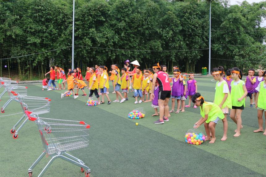 Ban tổ chức đã chuẩn bị khoảng 300 quả bóng và 5 xe đẩy siêu thị cho phần thi ném bóng, khoảng 60 phần quà hấp dẫn cho các đội sau mỗi phần thi.