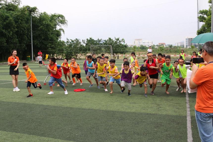 Phần thi chạy khiến các bậc phụ huynh và ban tổ chức vỡ òa vì các bé đều dồn sức, tập trung cho quãng chạy của mình. Trên khuôn mặt của các bé luôn nở nụ cười, niềm vui và sự cố gắng hết mình.