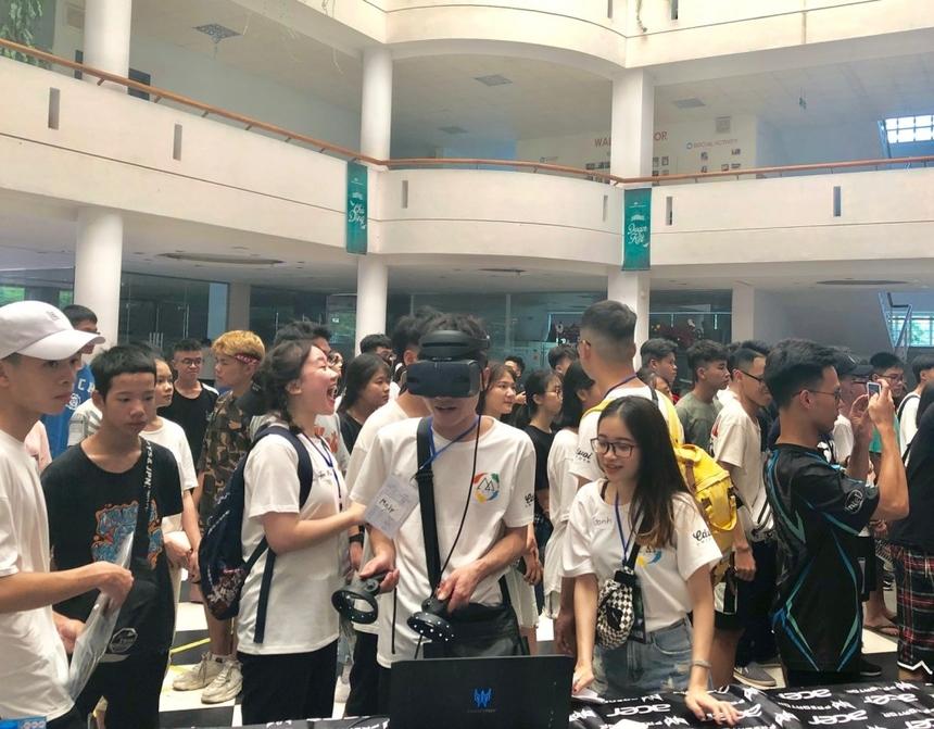 Tại gian hàng của nhà tài trợ, học sinh - sinh viên được trải nghiệm những công nghệ tiên tiến nhất mà hãng máy tính Acer cung cấp.