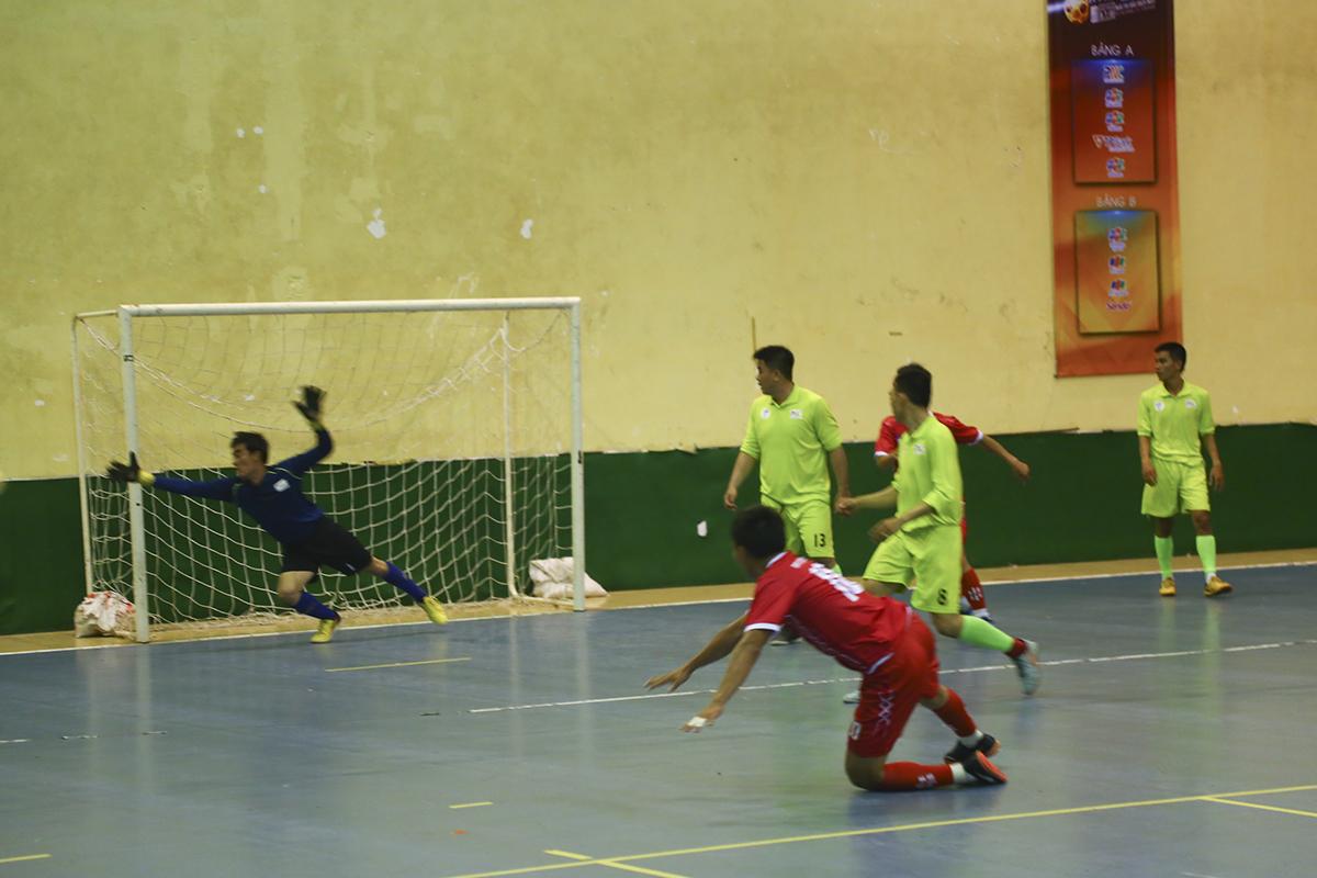 Các cầu thủ áo đỏ FPT Telecom lại tỏ ra rất kém duyên trước khung thành khi liên tục dứt điểm không trúng đích. Số 10 Võ Minh Trí có pha ngã ngữa volley đẹp mắt nhưng bóng đi thiếu chính xác.
