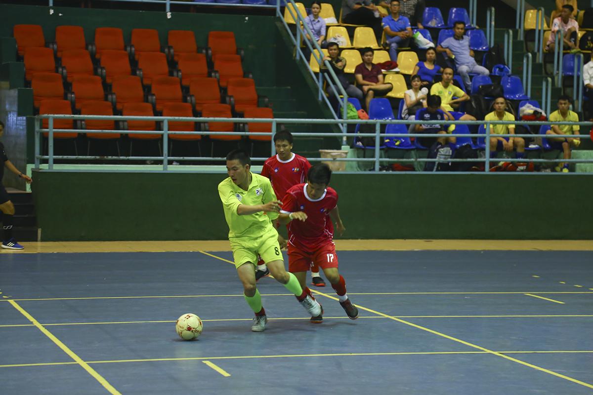 Bước sang hiệp hai vẫn là thế trận giằng co của cả hai đội bóng ở khu vực giữa sân.