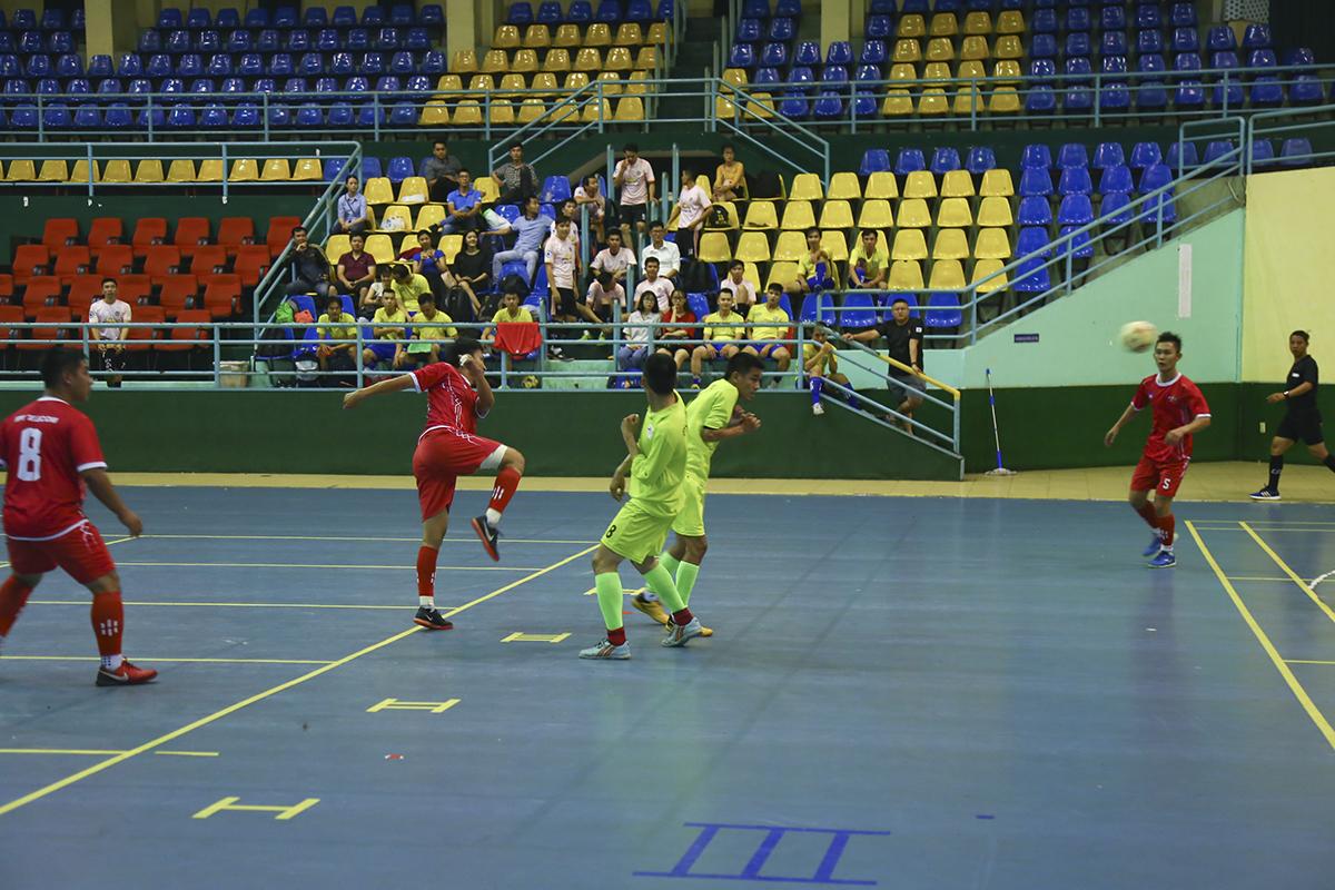 Số 10 Võ Minh Trí thử vấn may với cú vuốt bóng từ ngoài vòng cấm nhưng bóng tiếp tục không đi trúng khung thành.