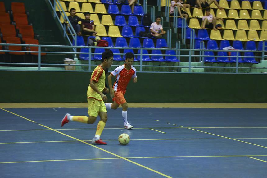 Những phút tiếp theo đội bóng áo vàng FPT IS tiếp tục là những người nắm thế chủ động trên sân khi họ cầm bóng tấn công nhiều hơn.