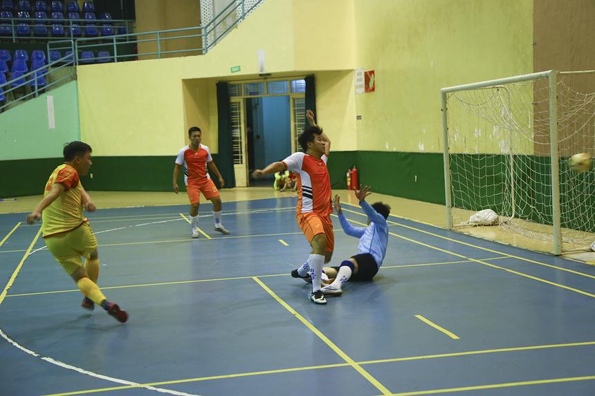 Và cầu thủ Lê Thanh Trúc đã giúp đội nhà tái lập thế dẫn trước chỉ 1 phút sau đó nhờ pha dứt điểm vào góc gần.