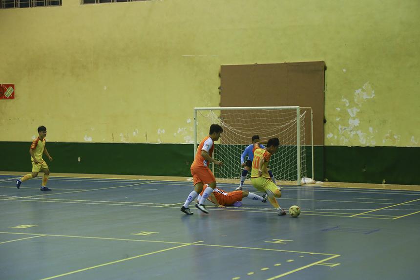 Cầu thủ Dương Quốc Cường là người thi đấu năng nổ nhất bên phía nhà Hệ thống khi anh là trung tâm của các đường lên bóng.