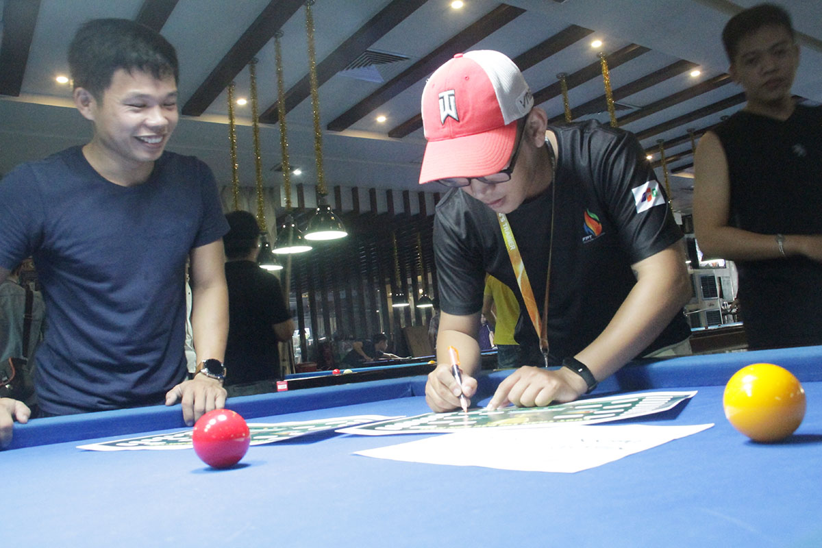 Sáng nay (13/7), 48 cơ thủ nam FPT Software Đà Nẵng đã tham gia tranh tài tại giải Billiard Tournament 2019. Các cơ thủ chia thành 16 đội, mỗi đội 3 người để thi đấu theo hình thức đánh đơn và đôi.
