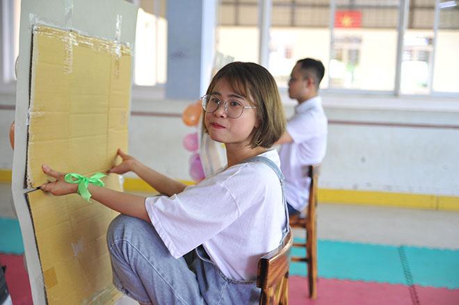 """Chị Cao Thị Lý, nhân viên Ban Truyền thông Tập đoàn FPT, cho biết trò này thực sự tạo nên một cuộc đua giữa các đội. """"Nhưng sự khéo léo cùng chiến thuật tốt mới có thể chiến thắng"""", chị Lý nói."""