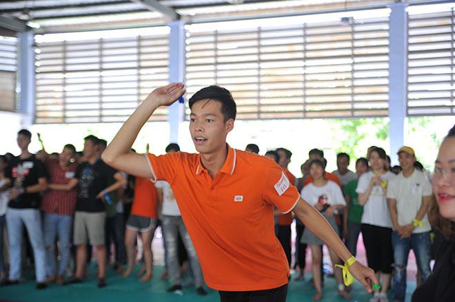Mặc dù đau chân do chấn thương trước đó nhưng Nguyễn Như Quang, FPT IS, vẫn nhiệt tình tham gia với lợi thế về chiều cao.