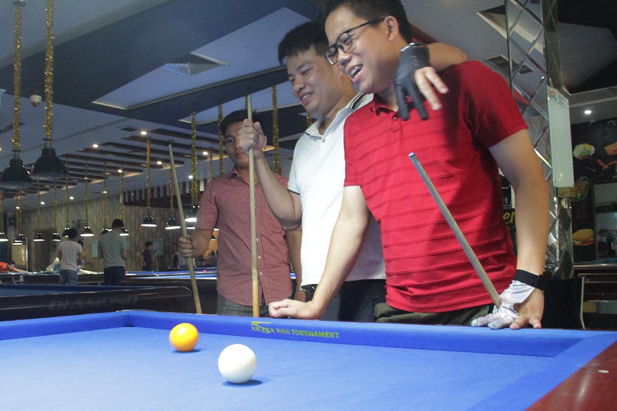 Cựu nhân viên Đình Danh vui vẻ khi gặp lại đồng nghiệp tại giảiBilliard Tournament 2019. Anh cho biết đến với giải không đặt nặng tính thắng thua, thay vào đó là giao lưu và học hỏi kinh nghiệm.