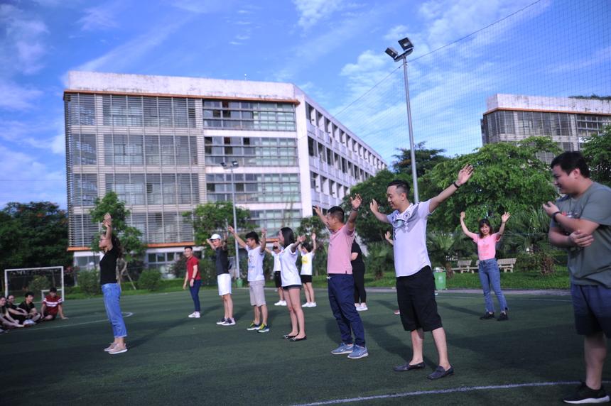 6h30 ngày thứ 2 của Trải nghiệm 72h (ngày 12-13/6 tại ĐH FPT ở Hoà Lạc), các học viên tập trung tại sân vận động để khởi động buổi sáng tràn đầy năng lượng. Thức khuya và dậy sớm khiến tinh thần các học viên có mệt mỏi, tuy nhiên mọi chuyện nhanh chóng được đẩy lên cao khi các học viên phải hợp lực với nhau vượt qua thử thách xếp hình FPT tại sân Vovinam.