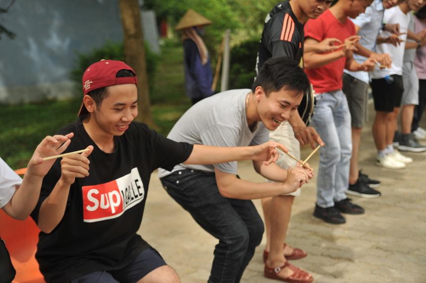 """Nguyễn Thái Thịnh (áo đen), thành viên đội Mộc cho biết: """"Thời tiết nắng nóng là một động lực cho cả đội bắt buộc giải câu đố nhanh. Chúng tôi vừa phải khéo léo vừa đấu trí để tìm lời giải""""."""