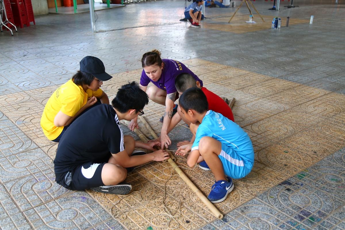 Các hoạt động ở trại hè sử dụng gần như 100% tiếng Anh, do các cô giáo người bản xứ truyền đạt để rèn luyện và tự tin hơn trong giao tiếp.