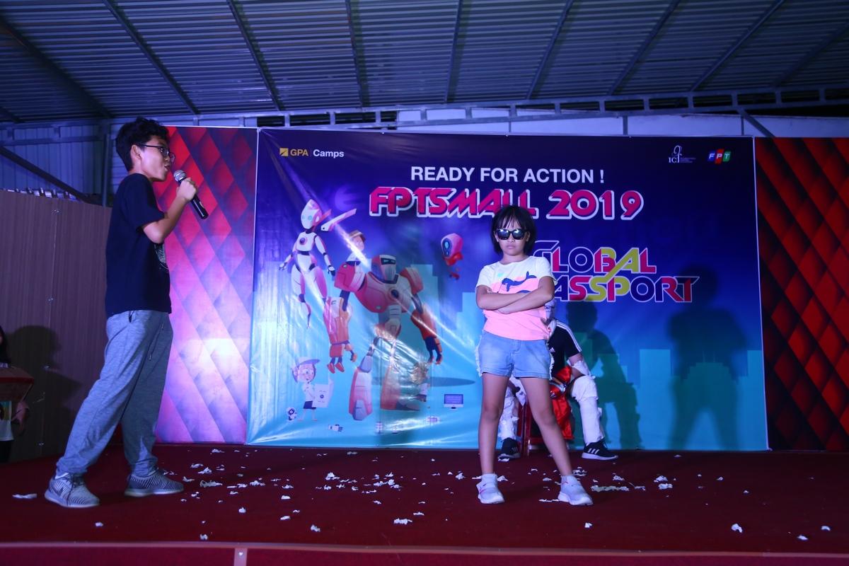Bé Nguyễn Gia Bảo (trái - con anh Nguyễn Duy Phước, FPT IS GMC) và Minh Anh (phải) trong tiết mục trình diễn thời trang của đội Virus.