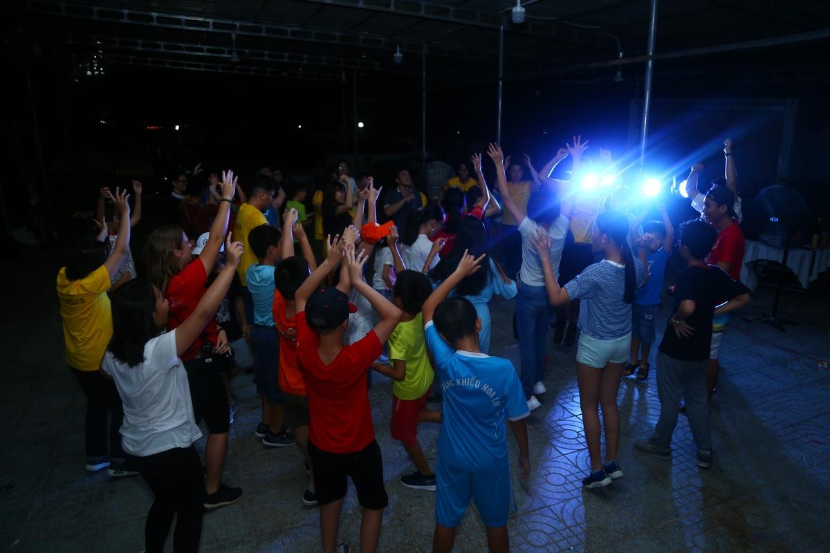 """Sau các tiết mục biểu diễn, đêm văn nghệ khép lại bằng những vũ điệu sôi động của chương trình """"Bữa tiệc cùng DJ""""."""