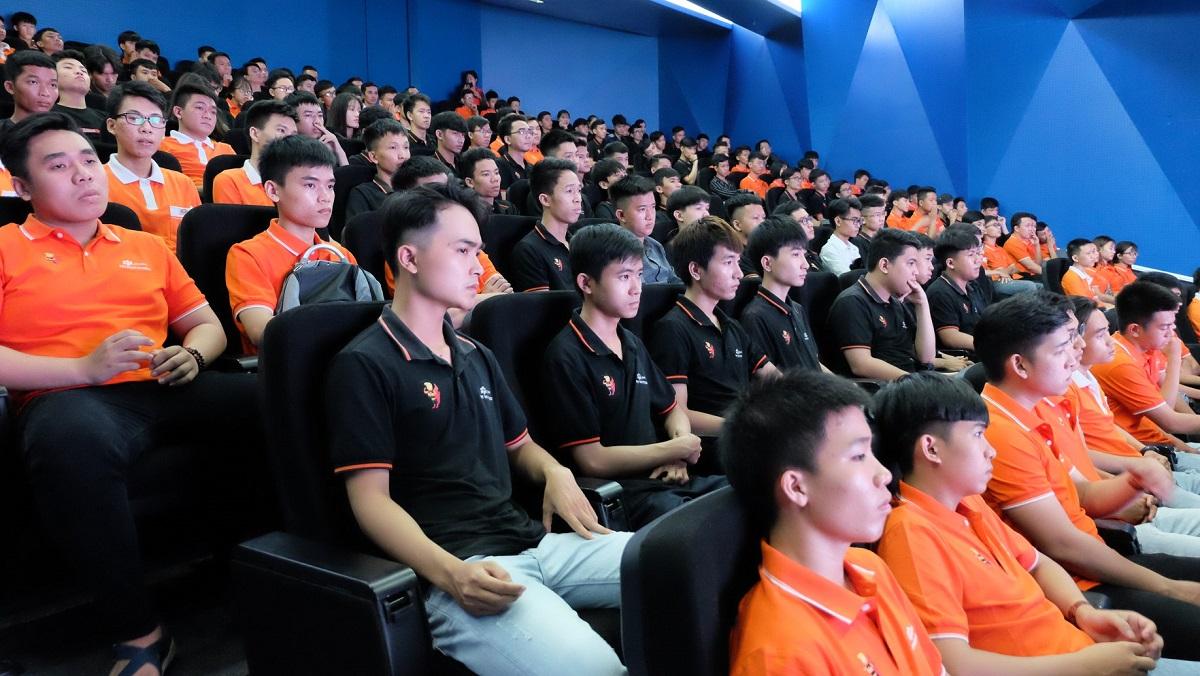 Sáng nay (16/7), FPT Polytechnic Đà Nẵng tổ chức chuyến tham quan thực tế tại FPT Complex cho 200 sinh viên. Thông qua hoạt động, sinh viên có thể tìm hiểu về môi trường, điều kiện làm việc tại FPT Software Đà Nẵng.