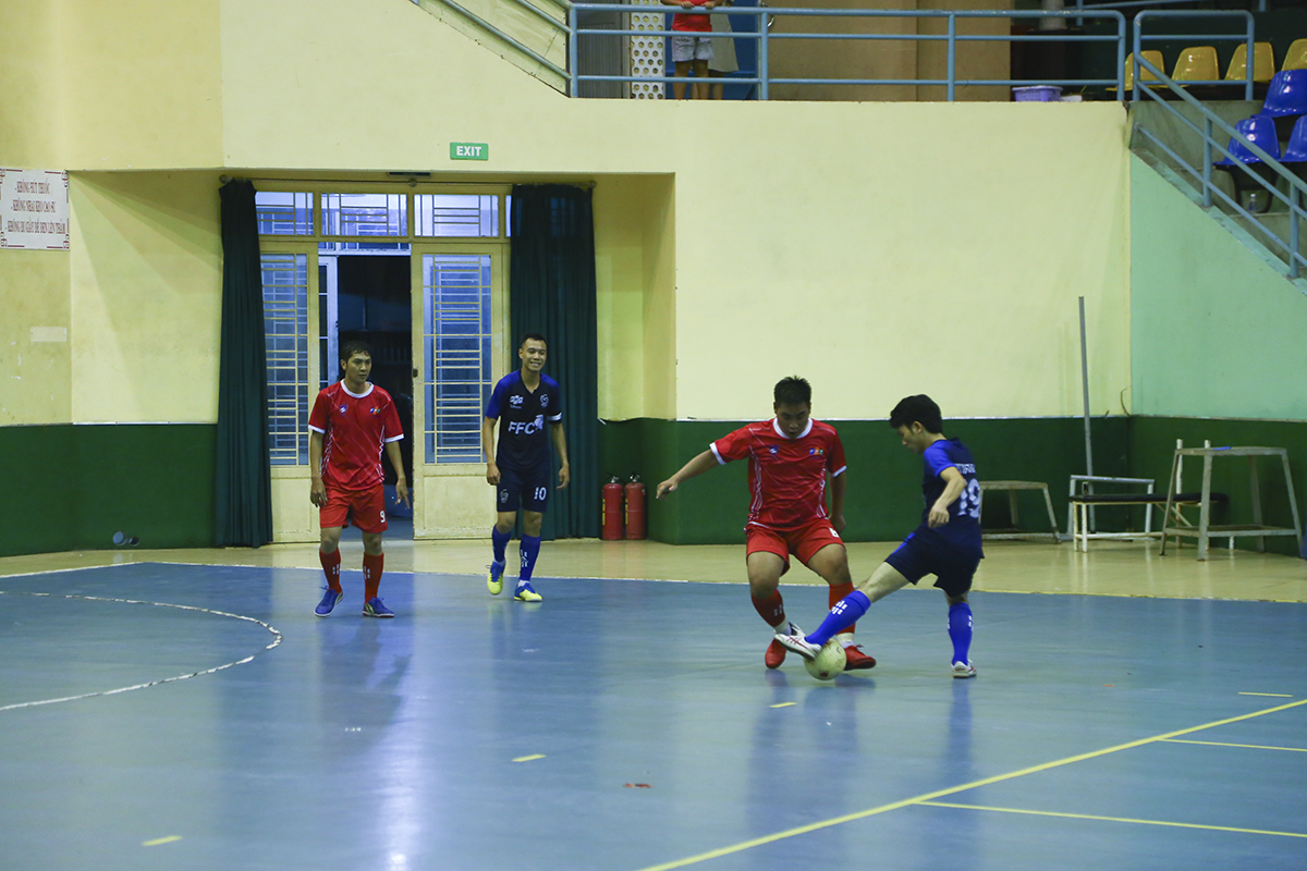 Các cầu thủ Phần mềm cũng cố gắng cầm bóng, tích cực tranh chấp ở khu vực giữa sân khi đây là trận đấu mà họ bắt buộc không được để thua nếu muốn hy vọng giành vé đi tiếp.