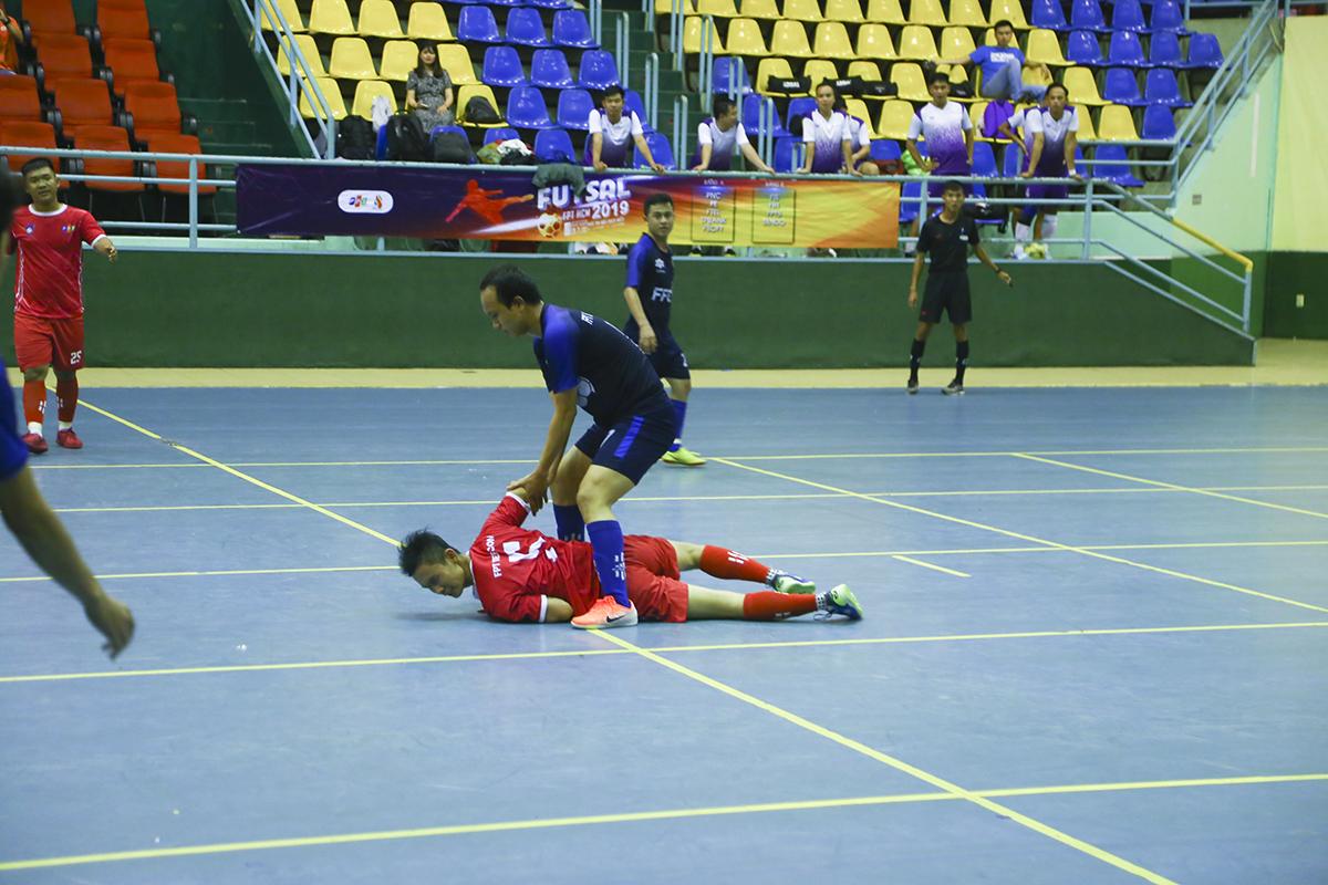 Trong khi, các cầu thủ áo đỏ chủ động thi đấu chắc chắn, kiểm soát bóng thì càng về cuối hiệp 1, FPT Software càng tỏ ra lúng túng trong việc tranh chấp. Những phút cuối hiệp, khi cả hai đội đều phạm đủ 5 lỗi đồng đội, cả hai bên đều có những tình huống câu lỗi đối phương nhưng bất thành.