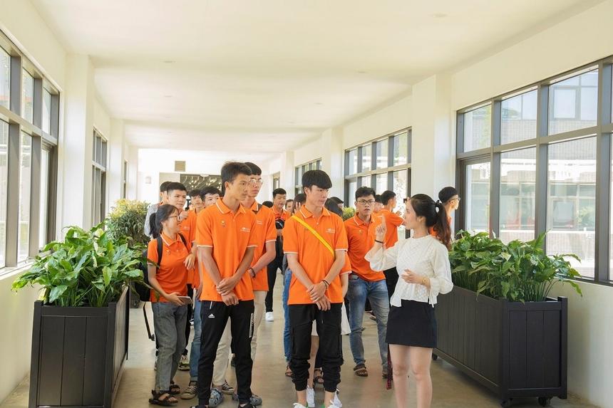 Chị Phan Thị Kim Chi, bộ phận Tuyển dụng FPT Software Đà Nẵng, hướng dẫn sinh viên tham quan và trải nghiệm môi trường FPT Complex.