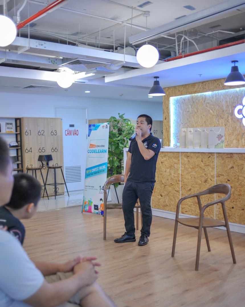 Chuyên gia công nghệ FPT - anh Cao Văn Việt, đại diện đội phát triển, giải đáp thắc mắc của các thành viên. Loạt câu hỏi xoay quanh cách vận hành Codelearn, giải pháp trên hệ thống và tương lai của sản phẩm.