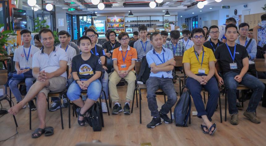 Trong gần ba tiếng, các thành viên cùng thảo luận, trao đổi ý kiến về định hướng phát triển nền tảng Codelearn trong tương lai, đồng thời tham gia thi lập trình trên hệ thống tại chỗ để nhận quà và giấy chứng nhận từ BTC.
