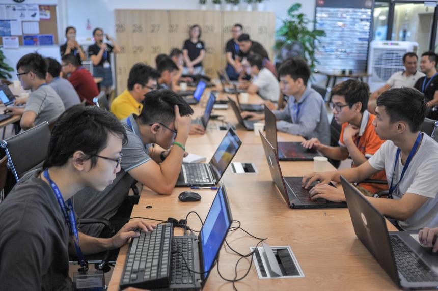 Phần thi đấu lập trình trực tuyến có 40 người tranh tài. BTC chuẩn bị sẵn chỗ ngồi và hệ thống máy tính kết nối Internet tốc độ cao.