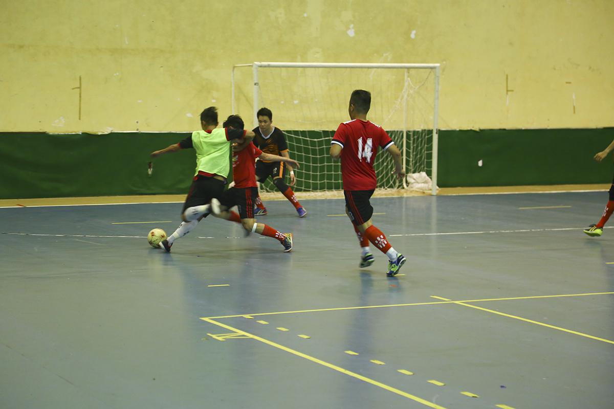 Các cầu thủ Sen Đỏ thi đấu rất quyết liệt để bảo vệ khung thành trong ngày mà thủ môn số 1 Trần Tiến Lâm vắng mặt do dính thẻ đỏ ở trận đấu trước.