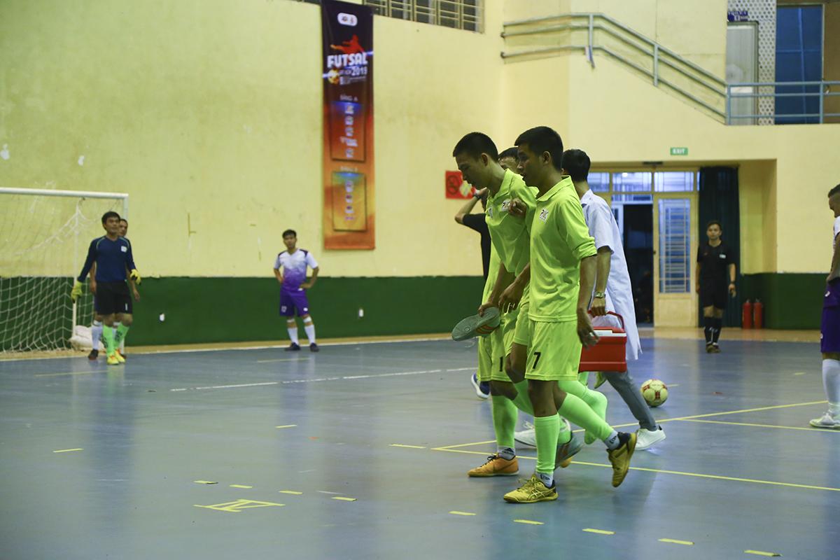 Trong đó, cầu thủ số 17 Nguyễn Diên Tân đã không thể tiếp tục thi đấu sau pha phản công nhanh bất thành.