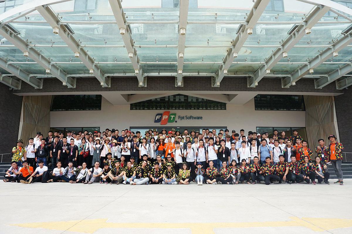 Chiều ngày 18/7, gần 200 tân binh FPT Software Đà Nẵng đã cùng tham gia teambuilding tại Làng Cò, TP Huế. Chương trình nằm trong chuỗi hoạt động chào đón sinh viên thực tập đến với FPT Software Đà Nẵng, do học viên Fresher Academy, Ban Văn hóa - Đoàn thể FPT Software và phòng Truyền thông - Sự kiện phối hợp thực hiện.