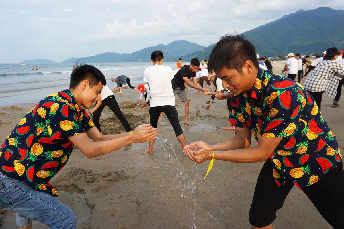 Nội dung chuyền nước diễn ra kịch tính và hấp dẫn. Trò chơi yêu cầu các thành viên mỗi đội phải phối hợp nhịp nhàng và chiến thuật rõ ràng.