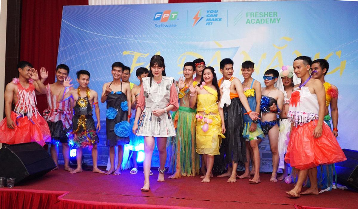 Buổi tối, học viên được trải nghiệm văn hóa STCo. Loạt tiết mục biểu diễn đến từ các đội mang đến sự nhiệt huyết của tuổi trẻ.