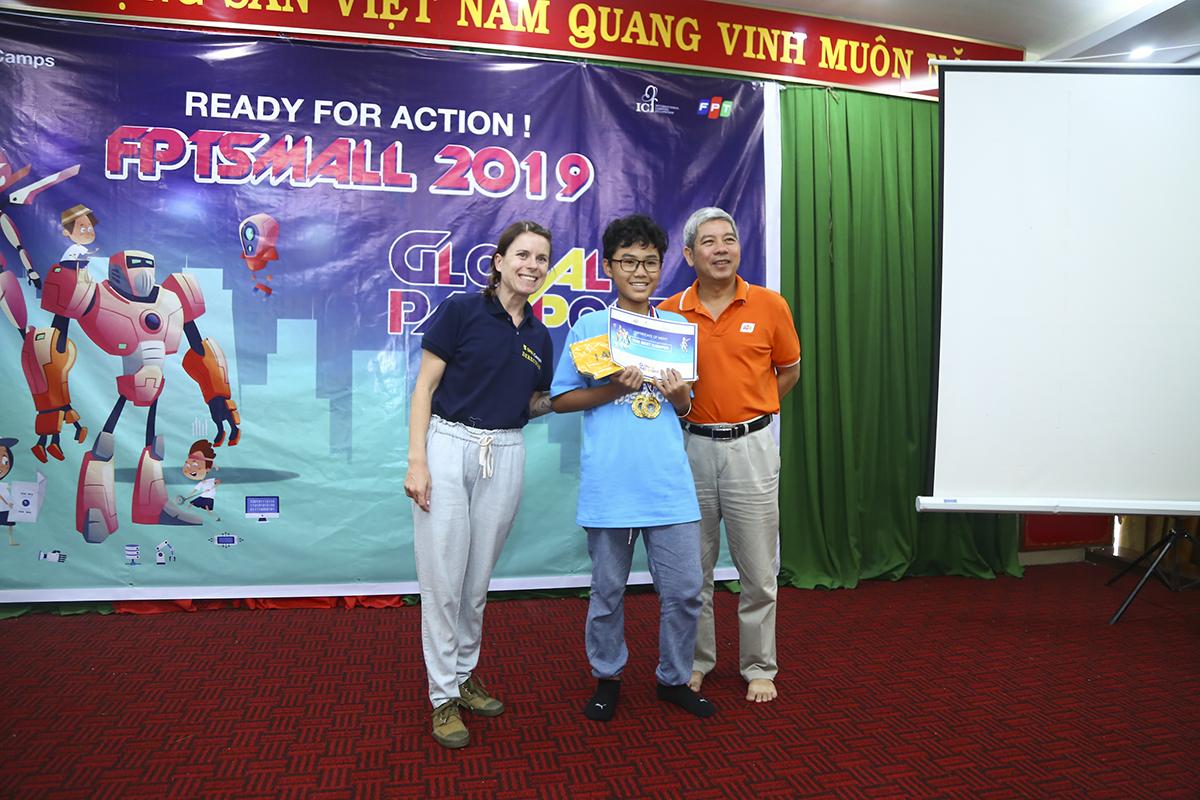 Bé Nguyễn Gia Bảo (con anh Nguyễn Duy Phước, FPT IS GMC) là một trong những trại viên đạt danh hiệu Trại viên xuất sắc nhất với hai chiếc huy chương vàng.