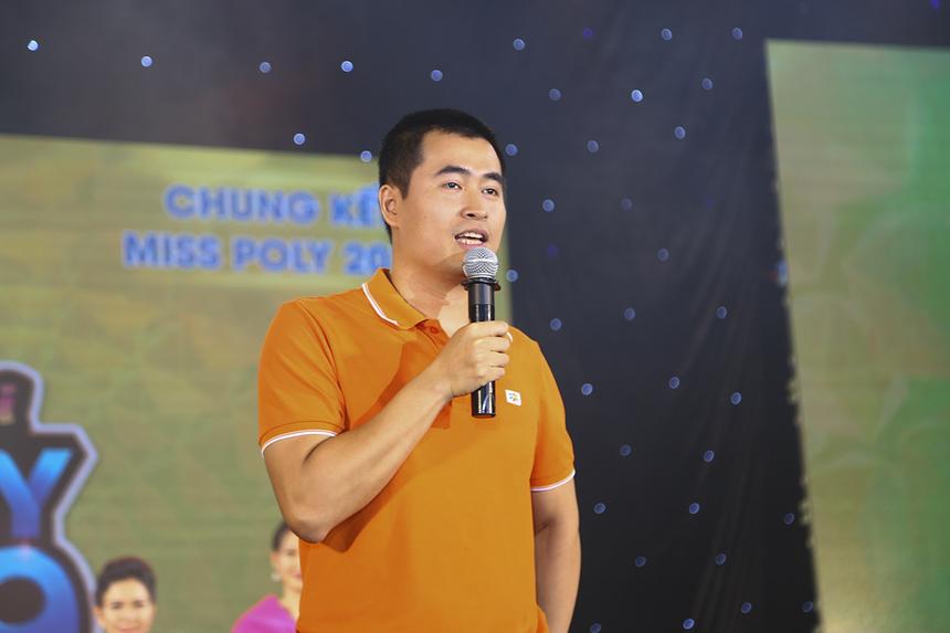 Mở đầu cho đêm đại nhạc hội tổ chức ở nhà thi đấu Hồ Xuân Hương vào tối 20/7, anh Vũ Chí Thành - Giám đốc khối Đào tạo Cao đẳng FPT Polytechnic chia sẻ nhân dịp khai giảng năm học mới và chào mừng các tân sinh viên của trường. Trong đó, anh Thành tự hào khi sự kiện Happy Bee đã trở thành đặc sản tinh thần không thể thiếu vào mỗi dịp khai giảng của Cao đảng FPT Polytechnic.