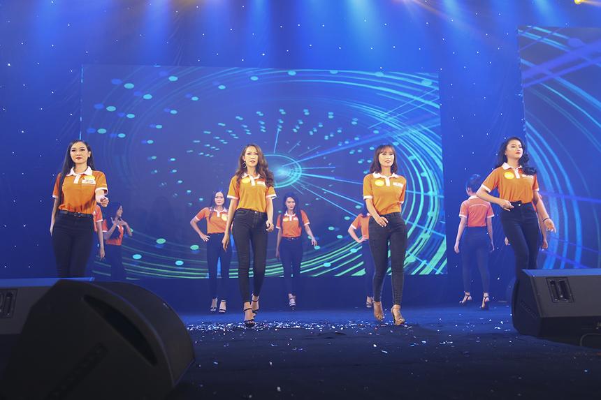 Top 12 thí sinh xuất sắc nhất của cuộc thi Miss Poly trình diễn trang phục truyền thống của trường. Để bước vào đêm chung kết, các thí sinh đã trải qua những phần thi vòng loại như: Tài năng, Chụp ảnh...