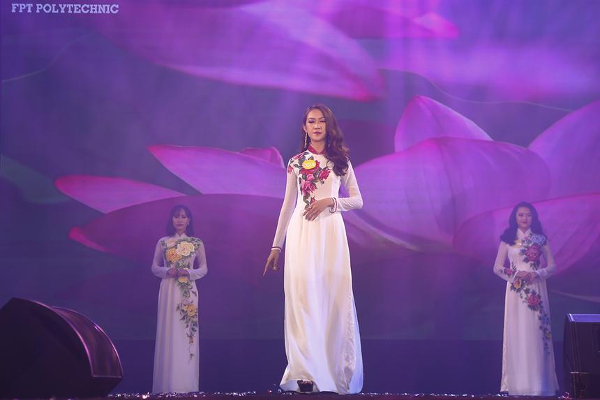 12 thí sinh xuất sắc nhất của Miss Poly HCM tham gia thi phần thi đầu tiên là trình diễn trang phục Áo dài với bộ sưu tập của nhà thiết kế Nguyễn Tuấn.