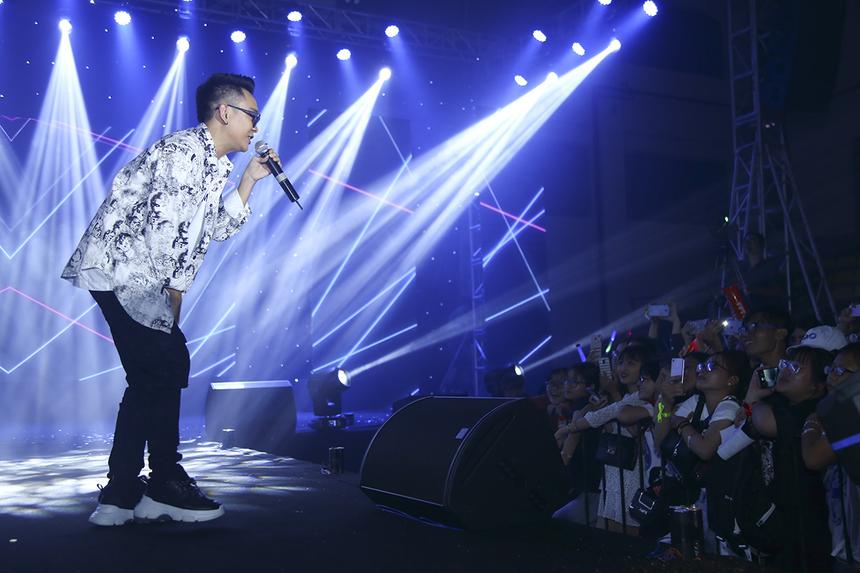 Ca sĩ Justa Tee lựa chọn ba ca khúc gắn liền với những giai đoạn phát triển trong sự nghiệp đi hát của mình để dành tặng khán giả nhà Polytechnic, gồm: Thằng điên, Forever Alone và Nóng.