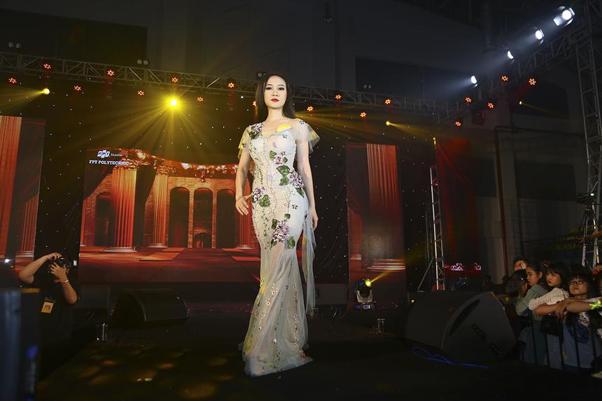 Các thí sinh Miss Poly thể hiện phần thi trang phục dạ hội với bộ sưu tập của nhà thiết kế Dexnol Trần.