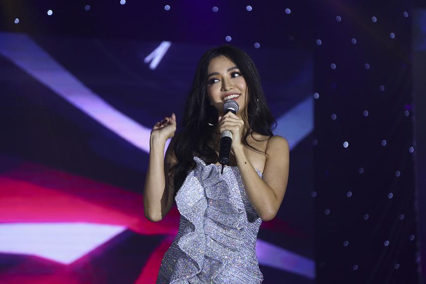 Ca sĩ Bích Phương đến với đại nhạc hội Happy Bee bằng những bản hit đã làm nên tên tuổi của cô trong những năm qua, như: Bao giờ lấy chồng, Bùa yêu,...
