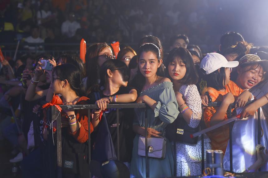 Không chỉ có hàng nghìn sinh viên FPT Polytechnic HCM mà còn có đông đảo người hâm mộ của các ca sĩ khách mời như: Bích Phương, Jack và K-ICM... đến để được gặp gỡ thần tượng của mình.