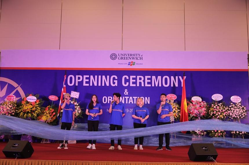 """Tiết mục biểu diễn """"FPT – Dòng sông lời thề"""" khép lại lễ khai giảng trong niềm tự hào của toàn thể sinh viên cũng như cán bộ, giảng viên của ĐH Greenwich (Việt Nam) – Cơ sở Hà Nội."""