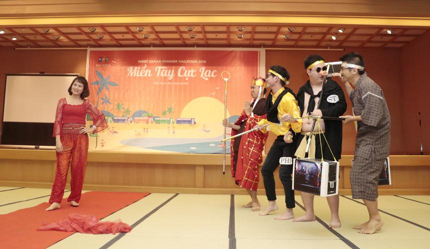 """Đội Osaka mang đến đêm gala câu chuyện hành trình 4 thầy trò """"Đường Tăng"""" đi Tây Trúc thỉnh kinh. Phần trình diễn lồng ghép câu chuyện một đội đặc thù của FPT (bao gồm PM, coder, tester, QA) đi làm dự án phải vượt qua khó khăn để hoàn thành, hướng tới tương lai trở thành công ty danh tiếng vươn tầm toàn cầu."""