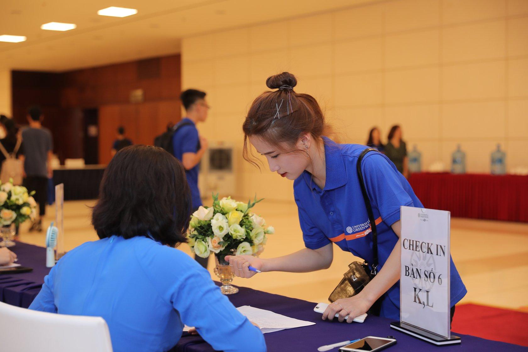 Các sinh viên làm thủ tục check-in trước buổi lễ khai giảng.