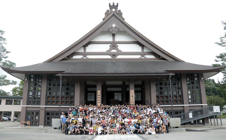 """Là một trong số những người Nhật tham gia sự kiện nghỉ mát, bác Toida Akio (WJP.FSZ) cho biết: """"Chuyến đi giúp tôi hiểu hơn về văn hóa, con người FPT"""". Vùng phía Tây Nhật Bản là trung tâm phát triển về kinh tế giao thương, với nhiều doanh nghiệp sản xuất lớn, trong đó nhiều """"đại gia"""" đã có mối quan hệ hợp tác với FPT."""