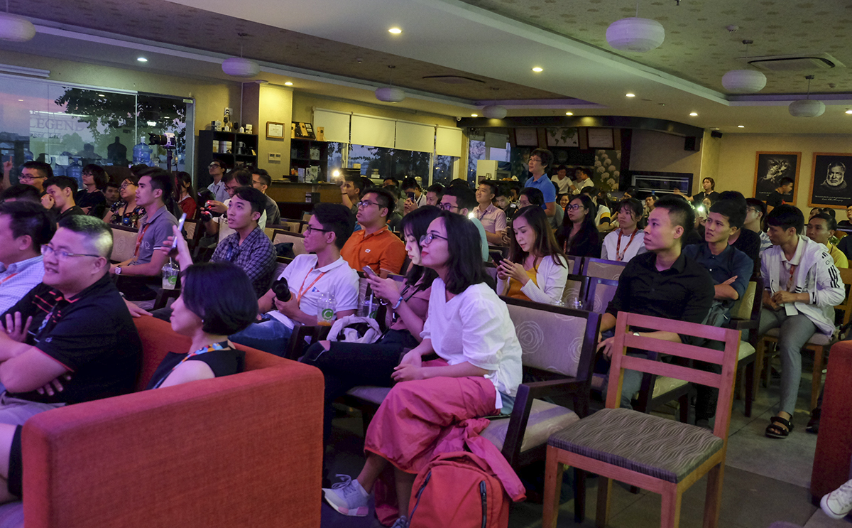 200 khán giả đã cùng nhau lắng nghe những tình khúc indie được chính những người đồng nghiệp của mình thể hiện.