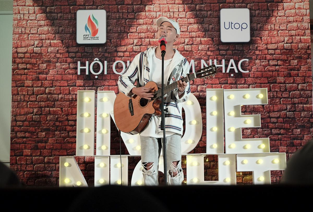 """Và sau nhiều chờ đợi, Thịnh Suy là ca sĩ khách mời đầu tiên xuất hiện. Với chiếc guitar cùng phong cách khoáng đạt, anh chàng đã gửi đến khán giả nhà F ca khúc quen thuộc """"Một đêm say""""."""