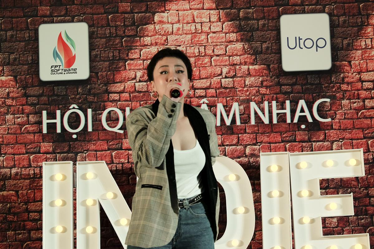 Huỳnh Tú tiếp nối chương trình với những ca khúc đã làm nên thương hiệu của cô, như: Đường một chiều, Điều em nhớ,... Trước khi nổi tiếng với bản hit Đường một chiều, nữ ca sĩ từng tham gia The Voice 2015.