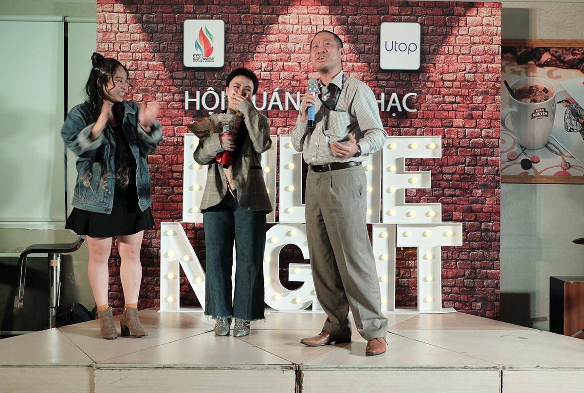 Anh Nguyễn Đức Quỳnh - Chủ tịch FPT Software HCM kiêm Giám đốc đơn vịu EBS tặng hoa nữ ca sĩ vì sự xuất hiện trong đêm Hội quán âm nhạc chủ đề Indie Night lần này.