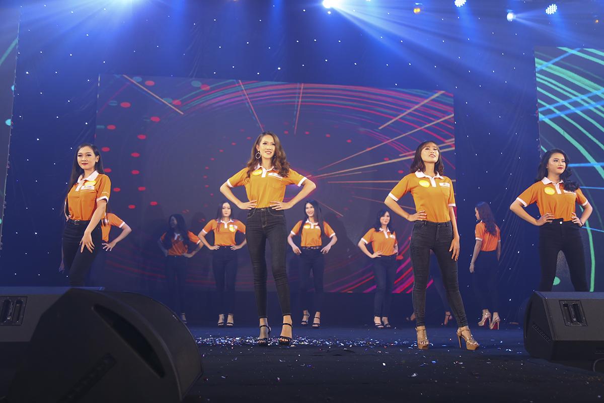 """Mở màn cho đêm chung kết Miss Poly khu vực phía Nam diễn ra tối 20/7, 12 thí sinh đã cùng nhau tham gia phần """"Đồng diễn"""" đồng phục áo cam của nhà trường. Ở phần thi này, các giám khảo đánh giá thí sinh tương đương nhau và cùng cho điểm 8."""