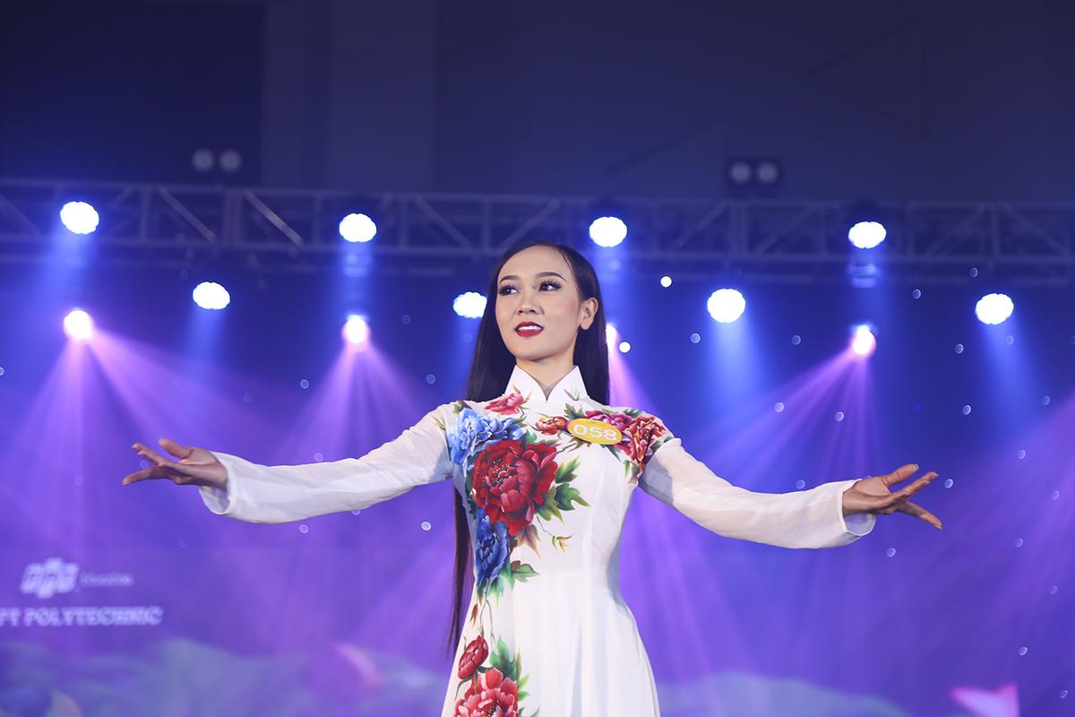Thí sinh Phạm Thị Ái Vân cũng có số điểm trung bình 8,0 từ ban giám khảo cho phần trình diễn Áo dài.
